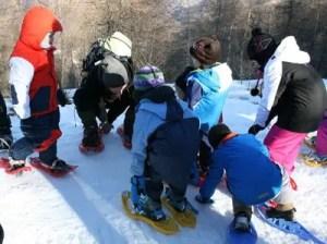 Attività naturalistica sulla neve con bambini
