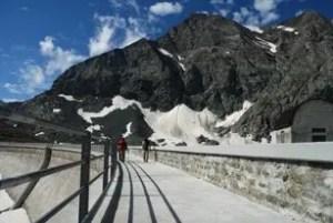 escursionisti camminano sulla diga del lago della rossa