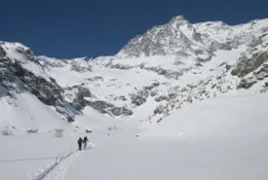 escursionisti con sullo sfondo la Ciamarella