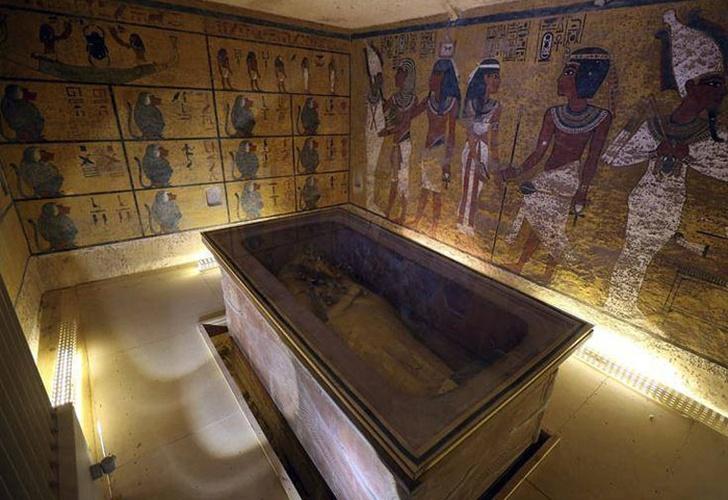 Abren sarcófago del Antiguo Egipto en programa en vivo
