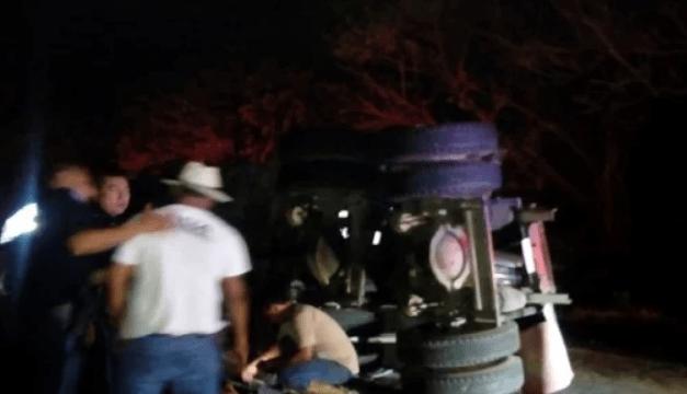 Migrantes salvadoreños entre los lesionados tras vuelco de camión en México