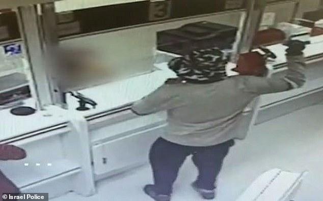 Hombre roba un banco armado con ¡ un aguacate!
