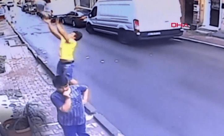 Hombre atrapa a una niña que cae de un segundo piso