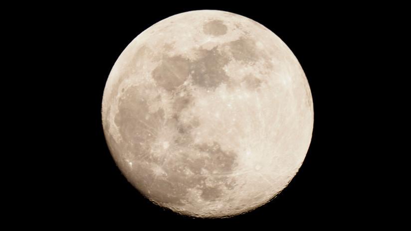 Descubren una masa de metal enterrada en la Luna