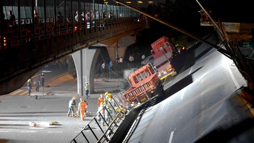 Momento en que colapsa puente y aplasta autos; 3 muertos