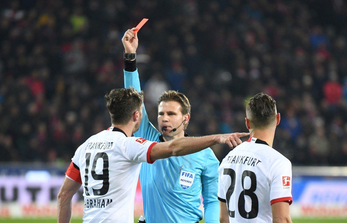 Excompañero de Fabián y Salcedo, en el Eintracht, empujó a DT rival