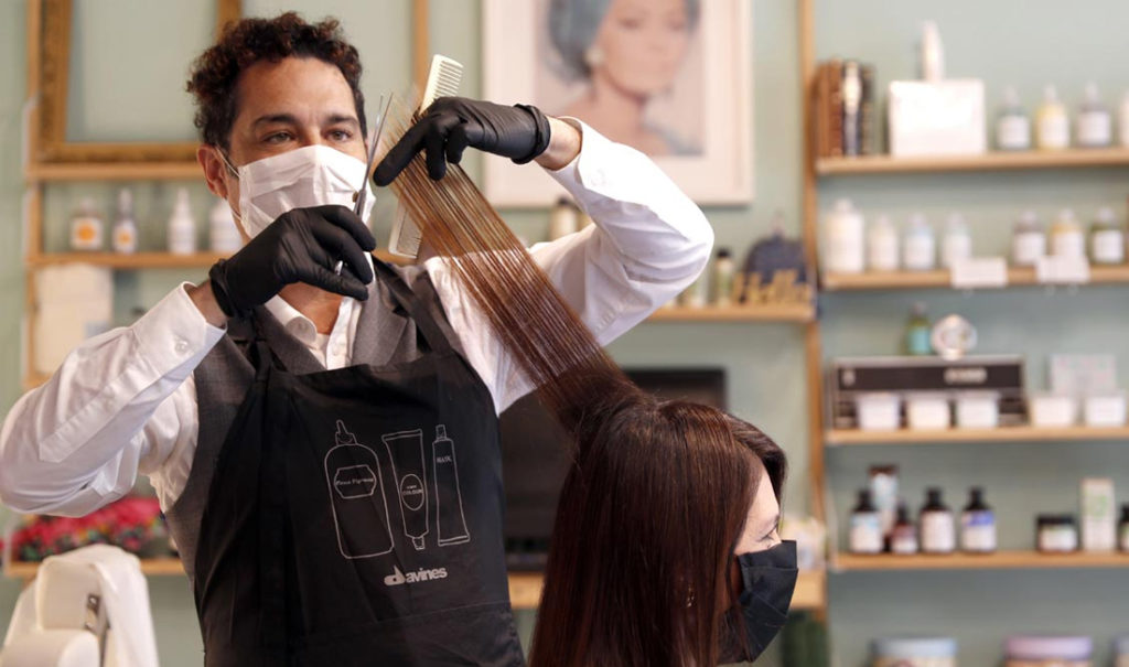 Dos peluqueros dieron positivo de coronavirus y 140 clientes podrían estar contagiados
