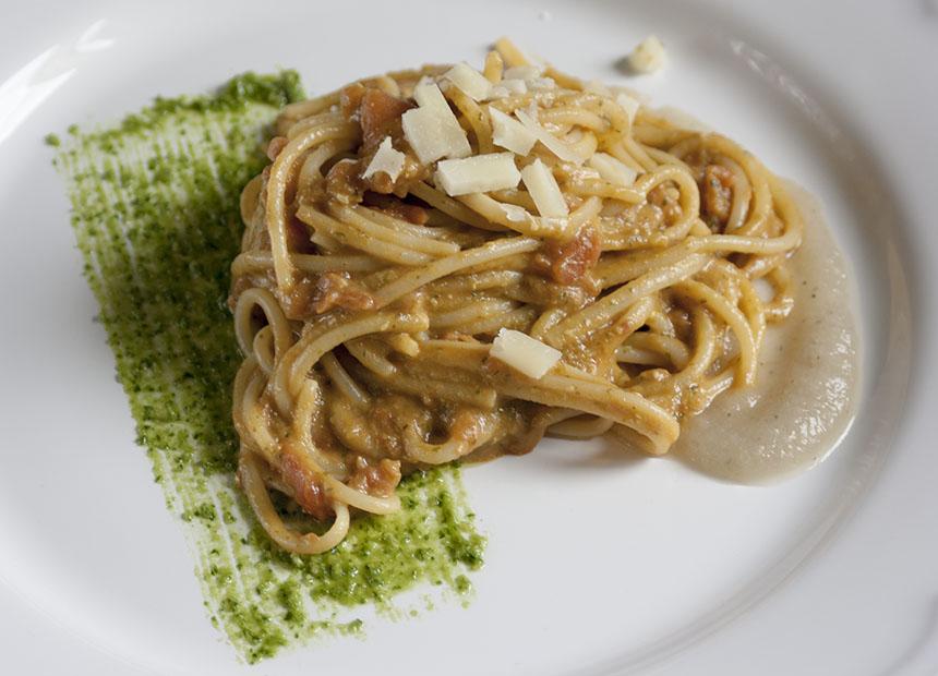 Spaghetti con salsa di pomodoro fresco, melanzane e pesto