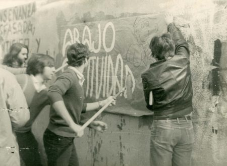 Alumnos-1978-79-de-COU-pegando-un-Cartel-contra-la-Selectividad