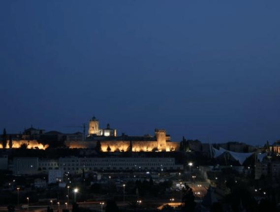 foto nocturna de la muralla de Tarragona