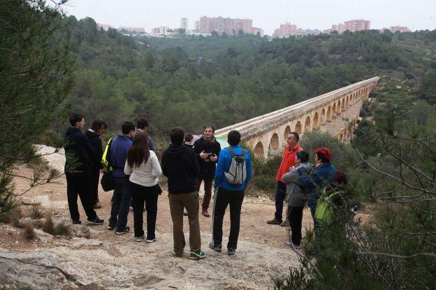 Grup gent amb el Pont del Diable de fons