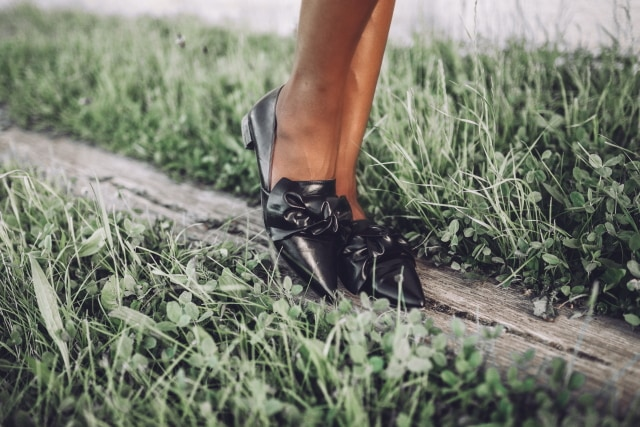 I'm obsessed with this black bow detail flats! The pointed toe design and perfect blend between patent and matte gives it that expensive touch. Need this!