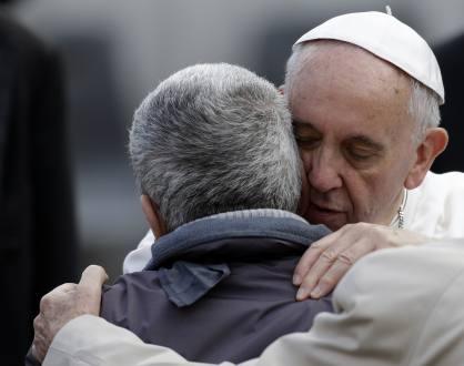 El Papa abrazó a hombre con el rostro completamente desfigurado 1