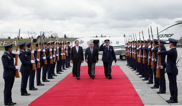 El Presidente de Guatemala arribó a Bogotá a las 12:37 de la tarde y fue recibido por el Viceministro de Asuntos Multilaterales, Carlos Arturo Morales. Foto: OP-Cancillería de Colombia