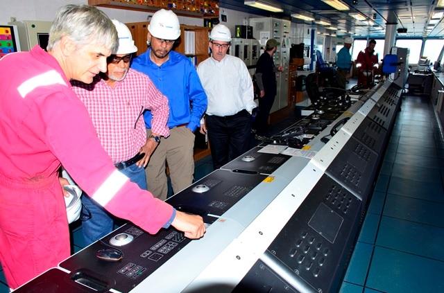 Donald Ramotar en la sala de operaciones de la plataforma DeepWater / Gina