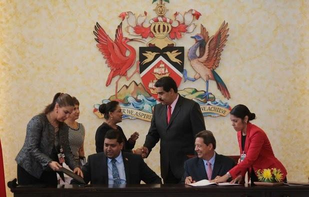 La primer ministro Kamla Persad-Bissessar y el presidente de Venezuela, Nicolás Maduro, el ministro de Energía Kelvin Ramnarine, izquierda, y el ministro de Petróleo Asdrúbal Chávez de Venezuela firman acuerdos bilaterales para la explotación y desarrollo de campos de gas transfronterizos. La ceremonia de firma se llevó a cabo el 25 de febrero de 2015 en el Centro Diplomático de Trinidad y Tobago / Prensa Presidencial