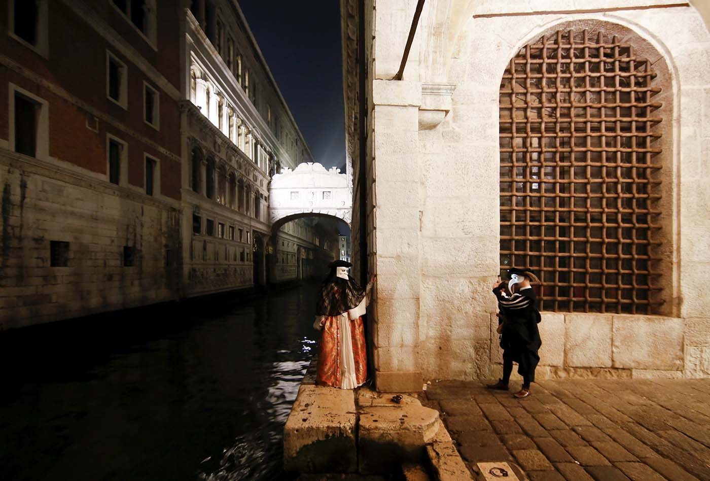 Masked revellers take pictures during the Venice Carnival, Italy January 29, 2016. REUTERS/Alessandro Bianchi