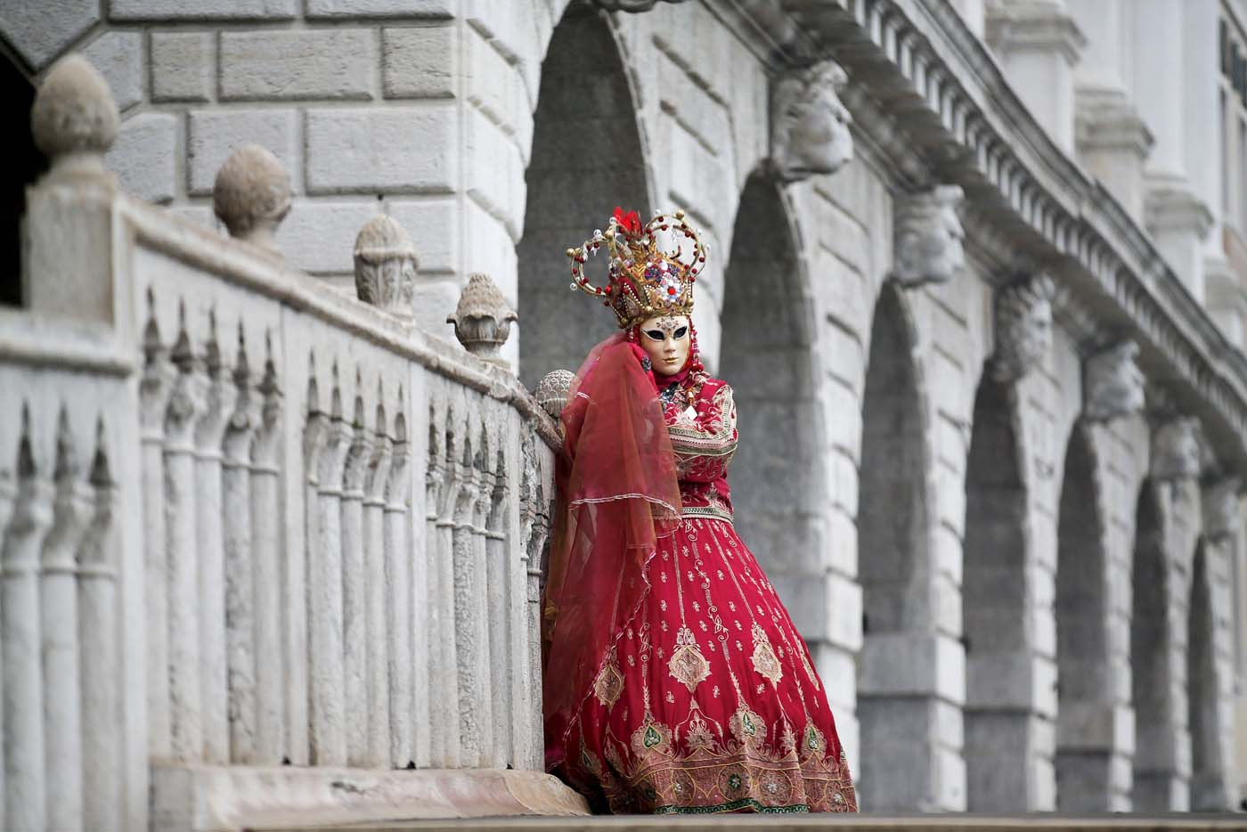 A masked reveller poses during the Venice Carnival, in San Marco Piazza January 30, 2016. REUTERS/Alessandro Bianchi
