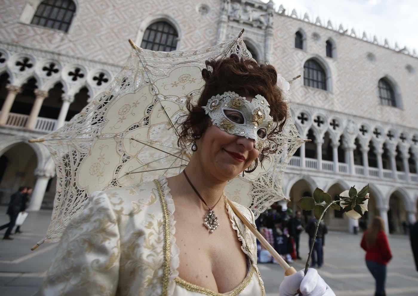 Una mujer con una máscara pasea antes de la gran inauguración del Carnaval en Venecia, Italia, el sábado 23 de 2015. (Foto AP/Luca Bruno)