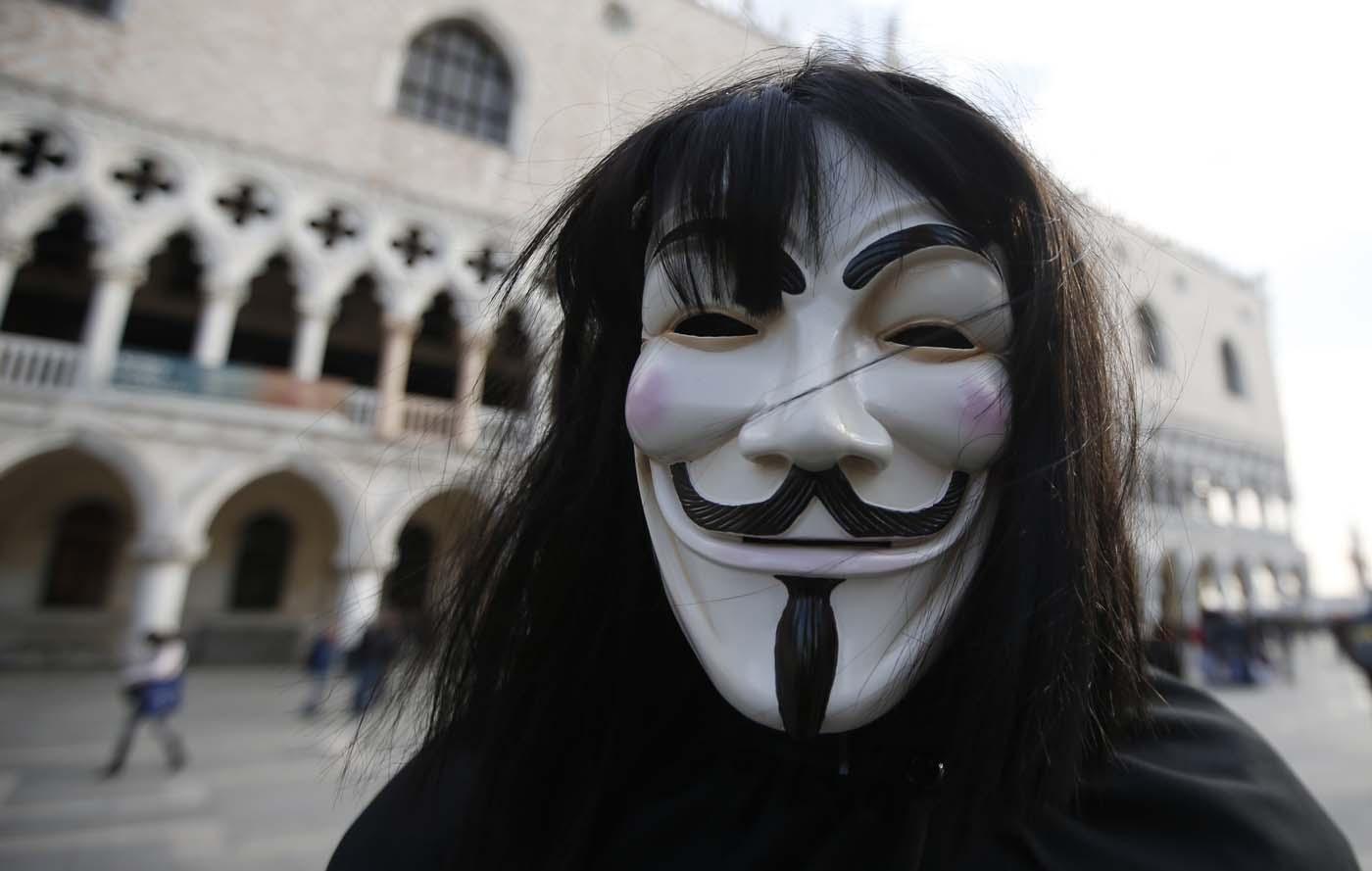 Un hombre con una máscara de Anonymous previo a la gran inauguración del Carnaval en Venecia, Italia, el sábado 23 de 2015. (Foto AP/Luca Bruno)