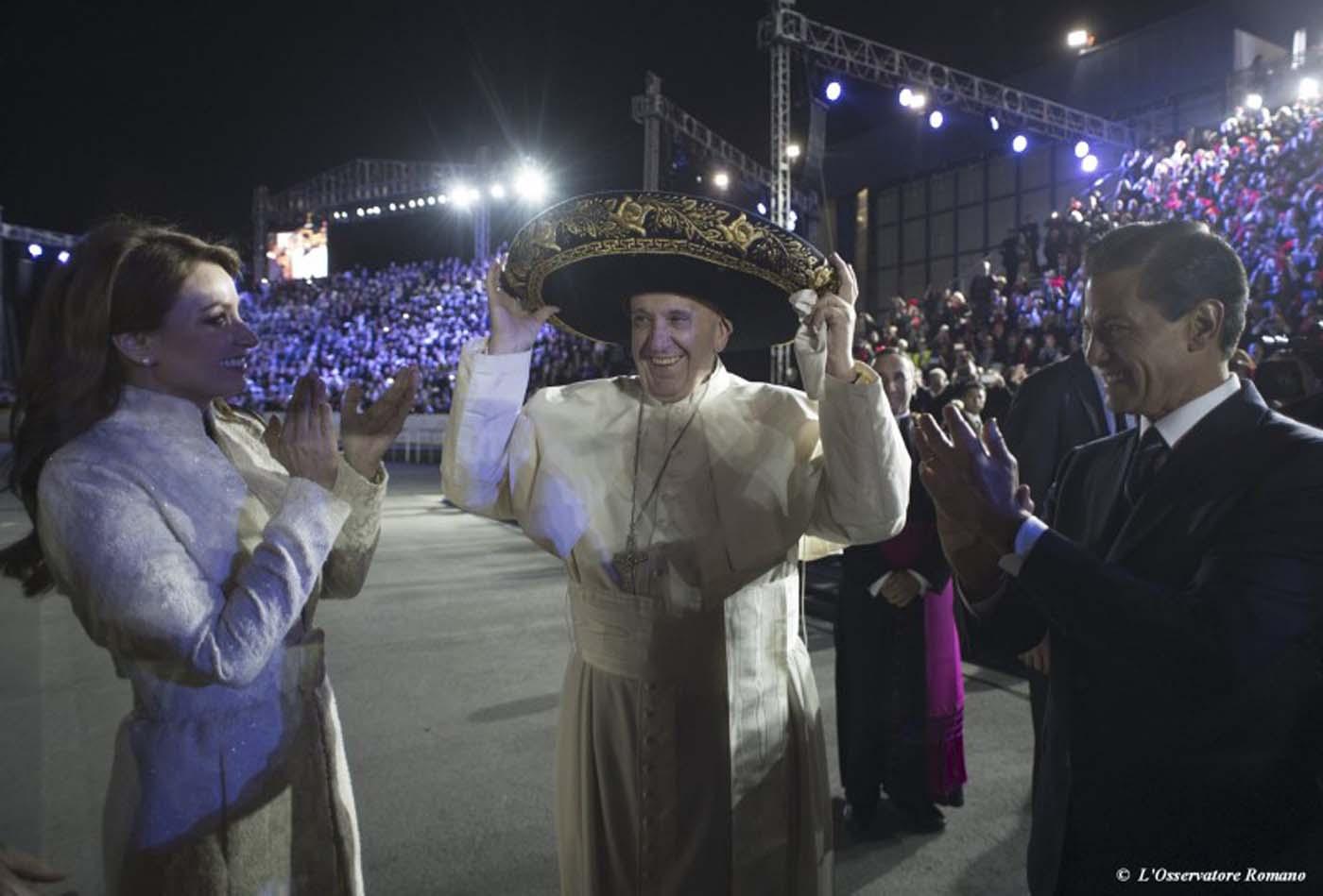 El Papa Francisco (C) usa un sombrero de charro durante los actos de bienvenida en el aeropuerto de Ciudad de México, rodeado del presidente Enrique Peña Nieto (D) y la primera dama Angélica Rivera, 12 de febrero de 2016. REUTERS/cortesía Osservatore Romano. ATENCIÓN EDITORES – ESTA FOTO FUE SUMINISTRADA POR UN TERCERO, REUTERS NO PUDO VERIFICAR SU AUTENTICIDAD, CONTENIDO, UBICACIÓN O FECHA. SOLO PARA USO EDITORIAL, NO PARA VENTA PARA MERCADEO O CAMPAÑAS PUBLICITARIAS, TAMPOCO PARA REVENTA NI PARA ARCHIVOS. LA FOTO ES DISTRIBUIDA EXACTAMENTE COMO FUE RECIBIDA POR REUTERS, COMO UN SERVICIO PARA LOS CLIENTES.