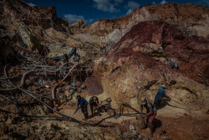 La mina Cuatro Muertos. Cuando los mineros vuelven a sus hogares para recuperarse de la malaria, a menudo no consiguen las medicinas necesarias. Credit Meridith Kohut para The New York Times