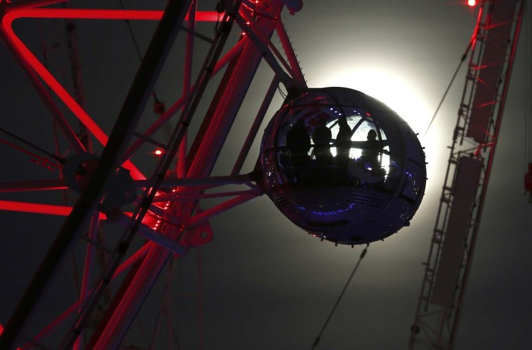 "A pod on the London Eye is seen against the moon a day before the ""supermoon"" spectacle, in London, Britain November 13, 2016. REUTERS/Peter Nicholls"