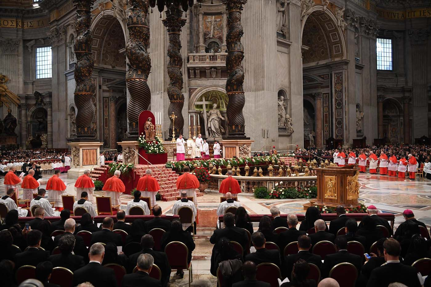 . Vatican City (Vatican City State (holy See)), 19/11/2016.- Pope Francis (C) presides the Consistory ceremony in Vatican, 19 November 2016. Pope Francis has named 17 new cardinals, 13 of them under age 80 and thus eligible to vote in a conclave to elect his successor. (Papa) EFE/EPA/MAURIZIO BRAMBATTI
