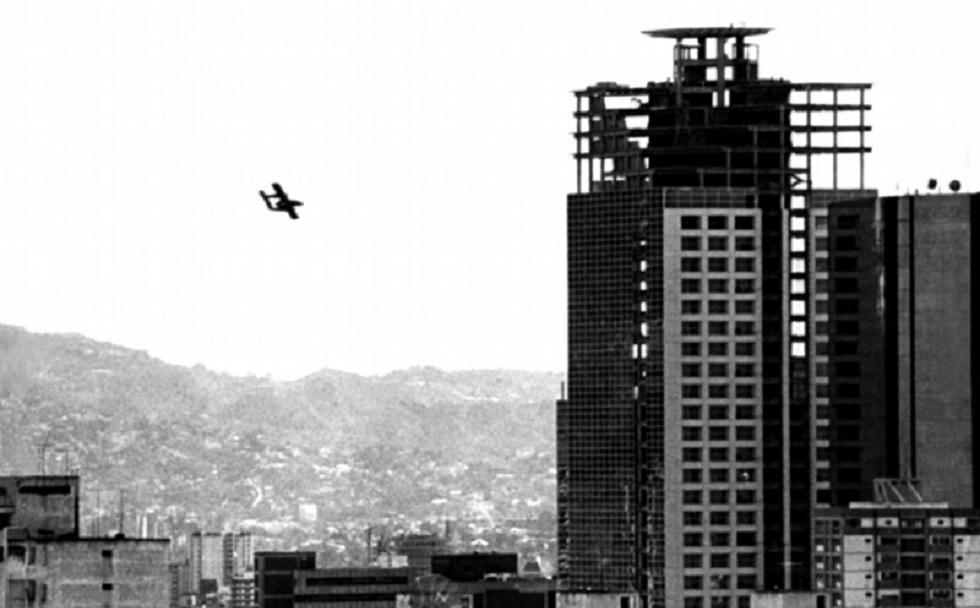 Avión Bronco de la FFAA venezolanas tomado por golpistas, en sobrevuelo y ataque sobre Caracas el 24 de noviembre de 2002