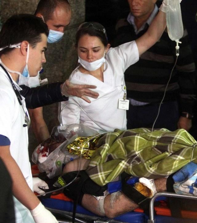 GRA007. LA CEJA (COLOMBIA), 29/11/2016.- Personal de la Clínica San Juan de Dios traslada al periodista brasileño Rafael Henze hoy, martes 29 de noviembre de 2016 en La Ceja (Colombia), uno de los heridos en el accidente del avión que que se estrelló anoche cuando se dirigía al aeropuerto José María Córdoba de Medellín. Por el momento, no hay una cifra oficial de supervivientes, aunque según algunos testigos podrían ser muchos debido a que la aeronave, con 81 personas a bordo, no se incendió al estrellarse. El aparato de la aerolínea boliviana Lamia, que transportaba al equipo brasileño del Chapecoense, había salido de Brasil en la tarde del lunes e hizo una escala en el aeropuerto Viru Viru, de Santa Cruz de la Sierra (Bolivia), y dirigía a Medellín, donde el Chapecoense tenía previsto jugar el miércoles el partido de ida de la final de la Copa Sudamericana con el Atlético Nacional colombiano. EFE/LUIS EDUARDO NORIEGA A.