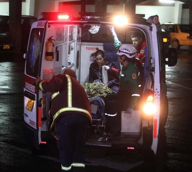 GRA011. LA CEJA (COLOMBIA), 29/11/2016.- Personal de la Clínica San Juan de Dios traslada al periodista brasileño Rafael Henze hoy, martes 29 de noviembre de 2016 en La Ceja (Colombia), uno de los heridos en el accidente del avión que que se estrelló anoche cuando se dirigía al aeropuerto José María Córdoba de Medellín. Por el momento, no hay una cifra oficial de supervivientes, aunque según algunos testigos podrían ser muchos debido a que la aeronave, con 81 personas a bordo, no se incendió al estrellarse. El aparato de la aerolínea boliviana Lamia, que transportaba al equipo brasileño del Chapecoense, había salido de Brasil en la tarde del lunes e hizo una escala en el aeropuerto Viru Viru, de Santa Cruz de la Sierra (Bolivia), y dirigía a Medellín, donde el Chapecoense tenía previsto jugar el miércoles el partido de ida de la final de la Copa Sudamericana con el Atlético Nacional colombiano. EFE/LUIS EDUARDO NORIEGA A.