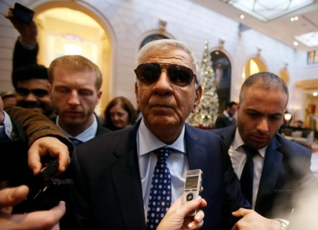 El ministro de Petróleo de Irak, Jabar Ali al-Luaibi, arriba al hotel antes de un encuentro con pares de la OPEP en Viena, Austria, November 28, 2016. Irak e Irán se resistían el martes a la presión de Arabia Saudita para recortar su producción de crudo, lo que complicaba los esfuerzos de la Organización de Países Exportadores de Petróleo por alcanzar un acuerdo para aliviar el exceso de suministros globales en su reunión del miércoles en Viena. REUTERS/Heinz-Peter Bader