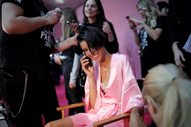 A model gets ready backstage before the Victoria's Secret Fashion Show at the Grand Palais in Paris, France, November 30, 2016. REUTERS/Benoit TessierFOR EDITORIAL USE ONLY. NOT FOR SALE FOR MARKETING OR ADVERTISING CAMPAIGNS