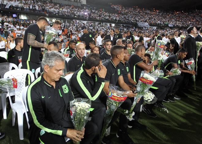 BOG10. MEDELLÍN (COLOMBIA), 30/11/2016.- El entrenador de Atlético Nacional Reynaldo Rueda (i) y todo su equipo asisten al homenaje al equipo de fútbol Chapecoense hoy, miércoles 30 de noviembre de 2016, en Medellín (Colombia). Miles de personas abarrotaron esta noche el estadio Atanasio Girardot de Medellín para rendir un homenaje póstumo al equipo de fútbol brasileño Chapecoense, la mayoría de cuya plantilla pereció en el accidente aéreo del pasado lunes cuando se dirigían a esta ciudad del noroeste de Colombia. EFE/MAURICIO DUEÑAS CASTAÑEDA