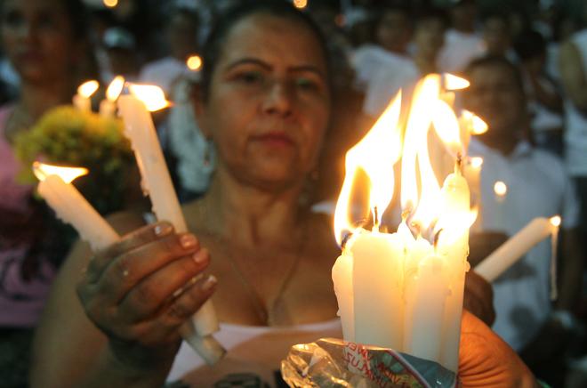 BOG10. MEDELLÍN (COLOMBIA), 30/11/2016.- Asistentes rinden homenaje al equipo de fútbol Chapecoense hoy, miércoles 30 de noviembre de 2016, en Medellín (Colombia). Miles de personas abarrotaron esta noche el estadio Atanasio Girardot de Medellín para rendir un homenaje póstumo al equipo de fútbol brasileño Chapecoense, la mayoría de cuya plantilla pereció en el accidente aéreo del pasado lunes cuando se dirigían a esta ciudad del noroeste de Colombia. EFE/MAURICIO DUEÑAS CASTAÑEDA
