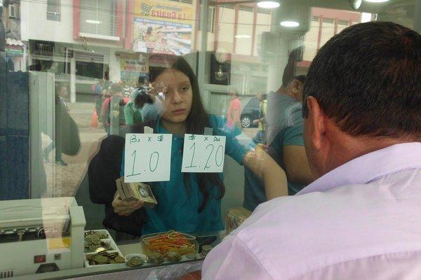 La baja cotización del bolívar obedece a circunstancias propias de la oferta y demanda de divisas. (Foto/JGH)