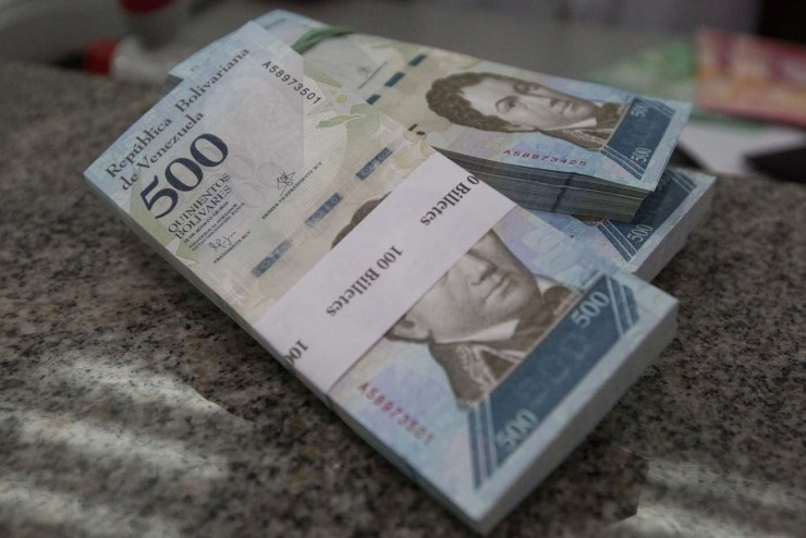 View of 500 new bills of the Venezuelan currency in a bank, in Caracas, Venezuela, 16 January 2017. The new bills of 500, 5.000 and 20.000 bolivares, three of the six new Venezuelan bills start to run in the country, as it was announced by President Nicolas Maduro on 15 January 2017. EPA/Miguel Gutierrez