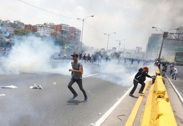 Riot police and demonstrators clash during a rally against Venezuela's President Nicolas Maduro's government in Caracas, Venezuela April 10, 2017. REUTERS/Carlos Garcia Rawlins