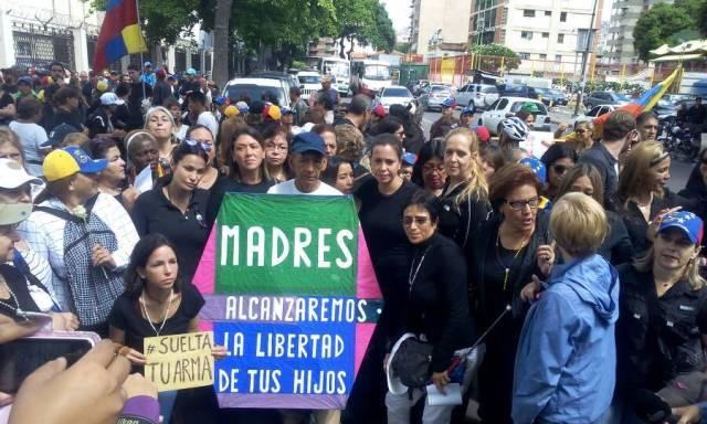 El mensaje de esperanza del señor del papagayo para las madres venezolanas. Foto: Régulo Gómez / LaPatilla