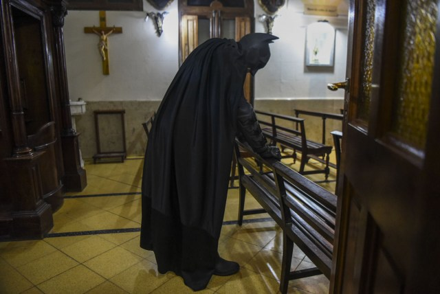 Argentine Batman, prays in a chapel at the 'Sor Maria Ludovica' children's Hospital in La Plata, 60 kilometres south of Buenos Aires, on June 2, 2017.  The Argentine Batman has made La Plata children's hospital a target of laughter and treats against pain. / AFP PHOTO / Eitan ABRAMOVICH / TO GO WITH AFP STORY BY PAULA BUSTAMANTE MORE PICTURES IN AFPFORUM