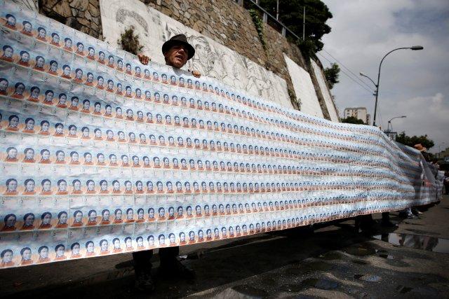 Esto es UN dólar en billetes de Bs. 2 REUTERS/Ivan Alvarado