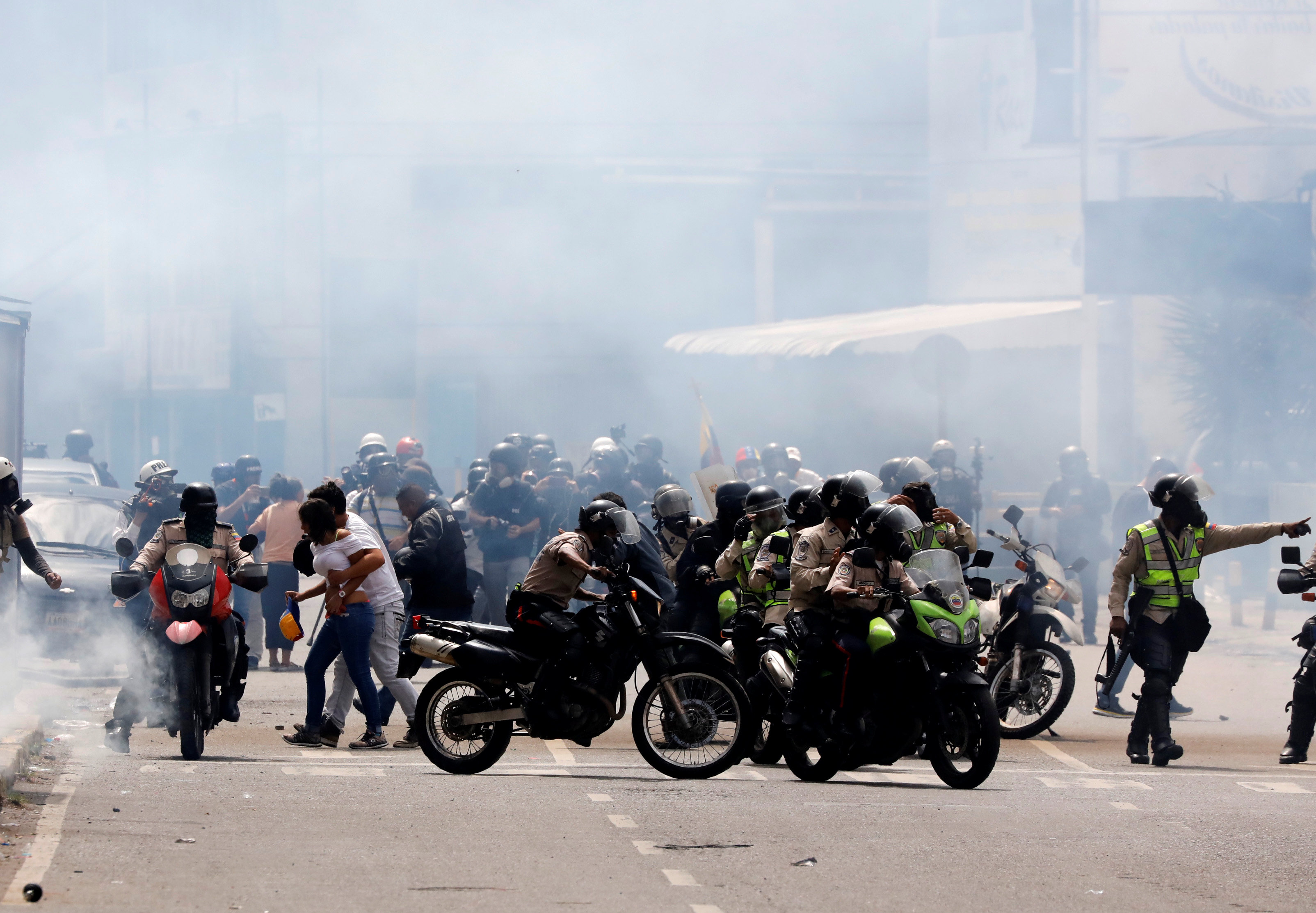Riot security forces take up position while clashing with demonstrators rallying against Venezuela's President Nicolas Maduro in Caracas, Venezuela, June 10, 2017. REUTERS/Carlos Garcia Rawlins