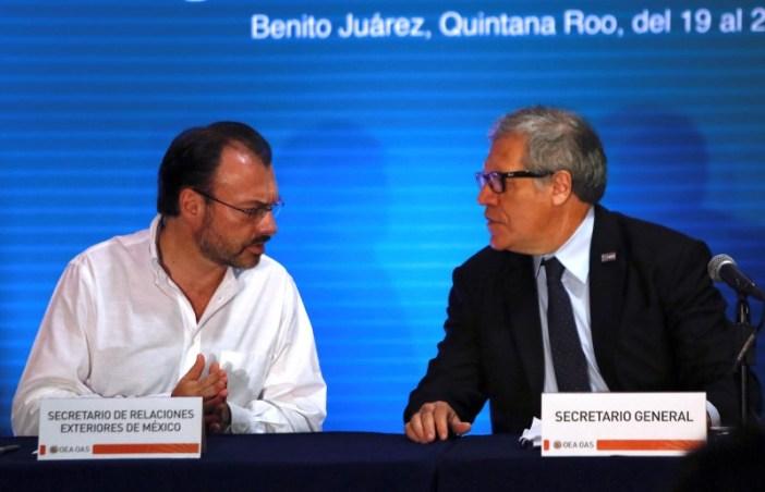 El ministro de Relaciones Exteriores de México, Luis Videgaray, y el secretario general de la Organización de Estados Americanos (OEA), Luis Almagro, celebran una conferencia de prensa antes de la 47 Asamblea General en Cancún, México, 19 de junio de 2017. REUTERS/Carlos Jasso