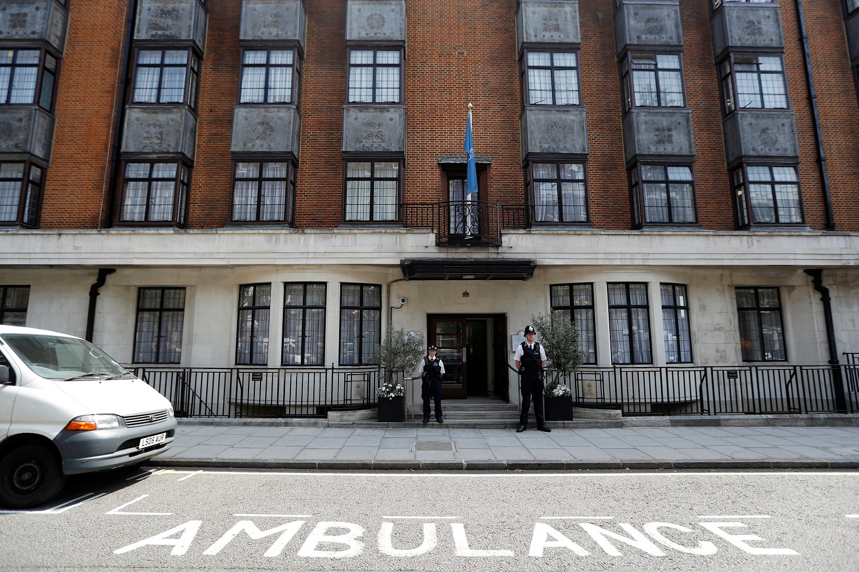 Los agentes de policía están afuera del hospital King Edward VII donde el príncipe Philip de Gran Bretaña está recibiendo tratamiento, Londres, 21 de junio de 2017. REUTERS / Peter Nicholls