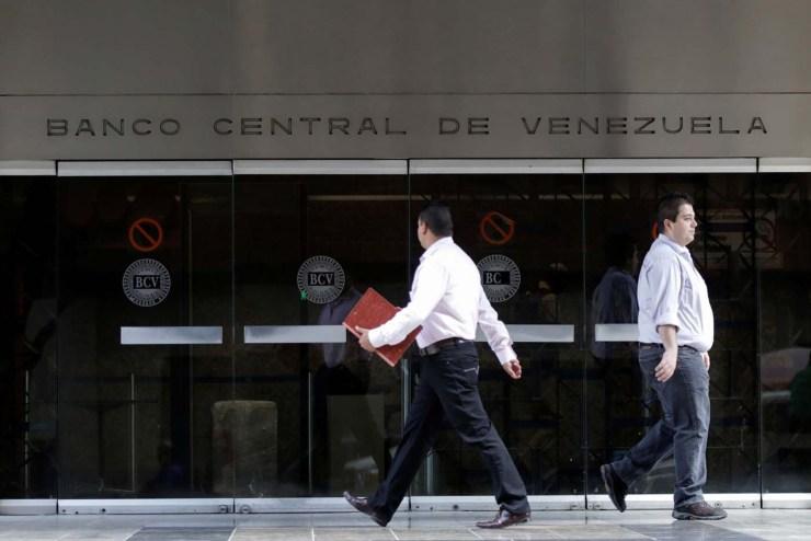 People walk past an entrance of the Venezuela's Central Bank in Caracas, Venezuela June 22, 2017. REUTERS/Marco Bello