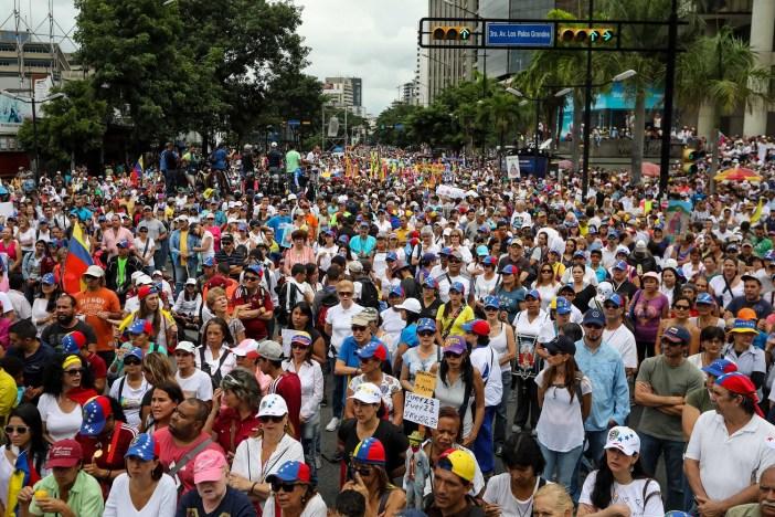 CAR01. CARACAS (VENEZUELA), 17/06/2017.- Cientos de personas participan en una manifestación hoy, sábado 17 de junio de 2017, en Caracas (Venezuela). La oposición venezolana reunida en la Mesa de la Unidad Democrática (MUD) realiza hoy una manifestación religiosa con la que orará por la paz, rendirá homenaje a los fallecidos durante la ola de protestas que se desarrolla en el país y para pedir la libertad de los detenidos en esos escenarios. EFE/Miguel Gutiérrez