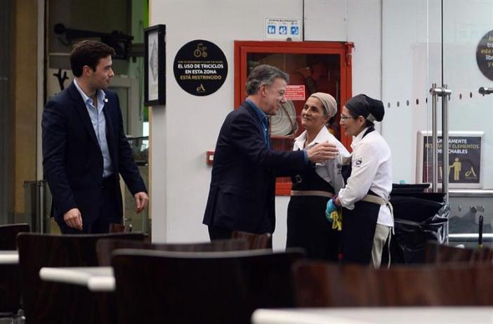 Fotografía cedida por la oficina de prensa de la presidencia de Colombia, del mandatario Juan Manuel Santos (2i) y su hijo Esteban durante un recorrido por el Centro Comercial Andino hoy, domingo 18 de junio de 2017, en Bogotá (Colombia), luego de que el día anterior explotará una bomba y matara a tres mujeres, una de ellas una ciudadana francesa de 23 años. EFE/PRESIDENCIA DE COLOMBIA