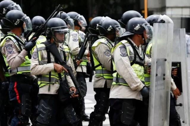 Efectivos de la Policía Nacional reprimen una protesta opositora (Reuters)