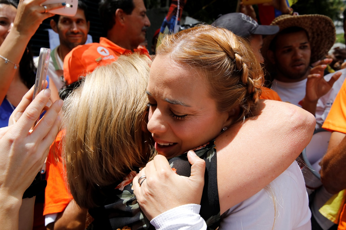 Lilian Tintori (R), wife of Venezuela's opposition leader Leopoldo Lopez, who has been granted house arrest after more than three years in jail, embraces a supporter as she leaves her house to attend a rally against Venezuela's President Nicolas Maduro in Caracas, Venezuela July 9, 2017. REUTERS/Carlos Garcia Rawlins