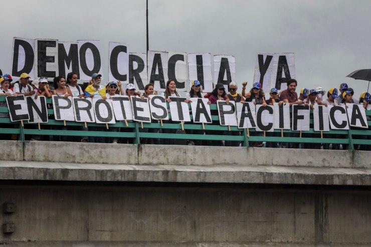 CAR01. CARACAS (VENEZUELA), 01/07/2017.- Manifestantes opositores participan en una marcha hoy, sábado 1 de julio de 2017, en Caracas (Venezuela). La oposición venezolana realiza hoy una concentración en Caracas como protesta contra la solicitud de antejuicio de mérito contra la fiscal de ese país, Luisa Ortega Díaz, que el Tribunal Supremo de Justicia (TSJ) admitió el pasado 20 de junio y con lo que la funcionaria podría ser enjuiciada. La coalición opositora Mesa de la Unidad Democrática (MUD) invitó a las personas a concentrarse en el este de Caracas, específicamente en la autopista Francisco Fajardo, principal arteria vial de la capital, a la altura de Los Ruices. EFE/Miguel Gutiérrez